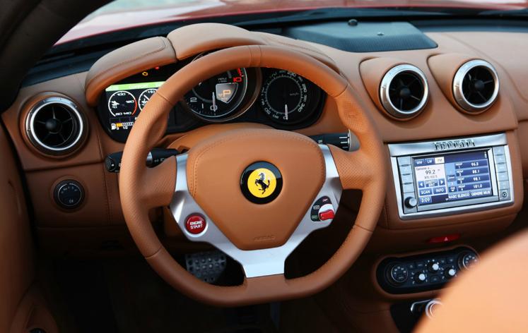 Ferrari_California_30-พวงมาลัย